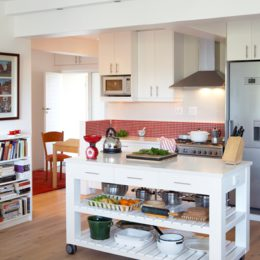 Compact kitchen: White and bright