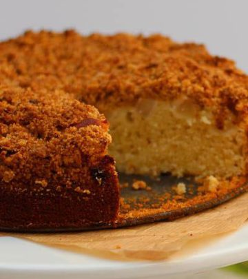 APPLE AND CARDAMOM CRUMBLE CAKE
