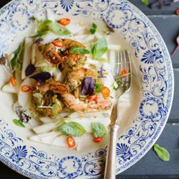 STEAMED PRAWN & PEAR SALAD