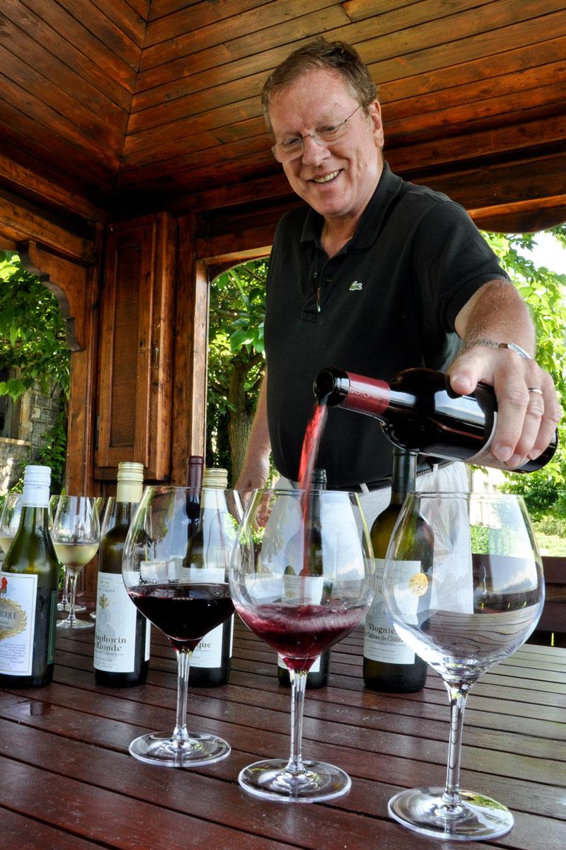 Patrick Fonjallaz pours some Pinot