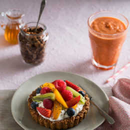BREAKFAST TARTLETS WITH CARROT, ORANGE AND GINGER SMOOTHIE